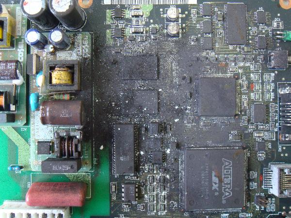 回路基板に付着した粉塵と埃 施工前